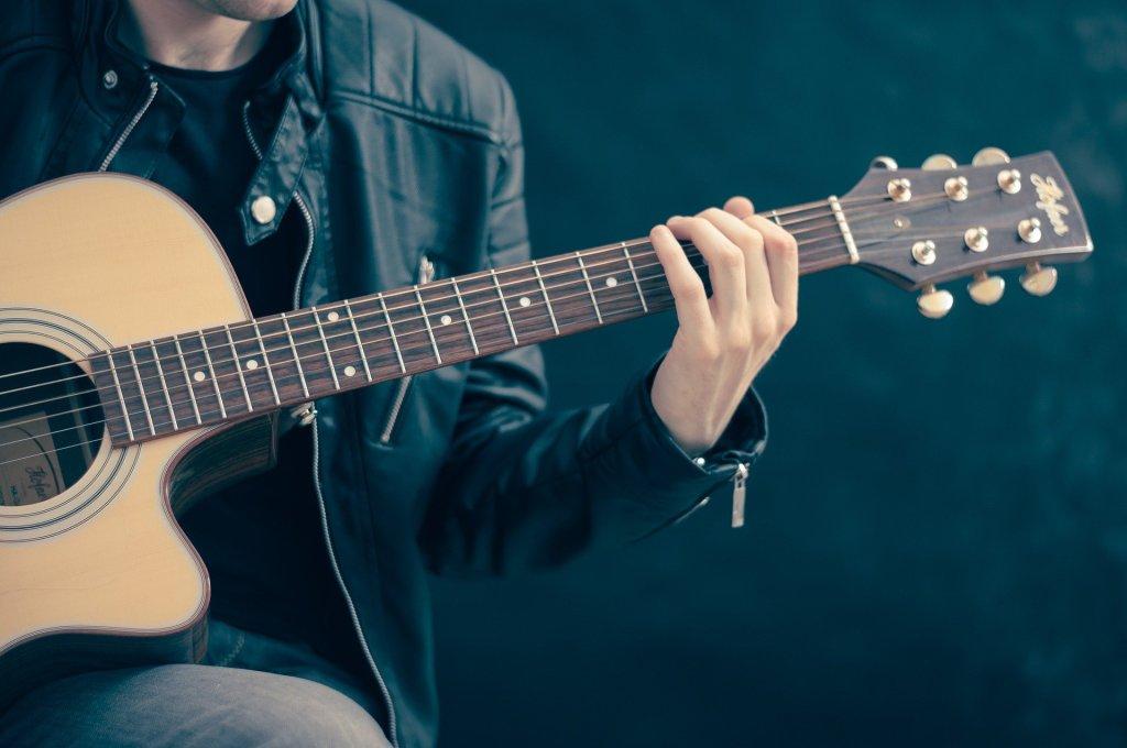homem tocando violão