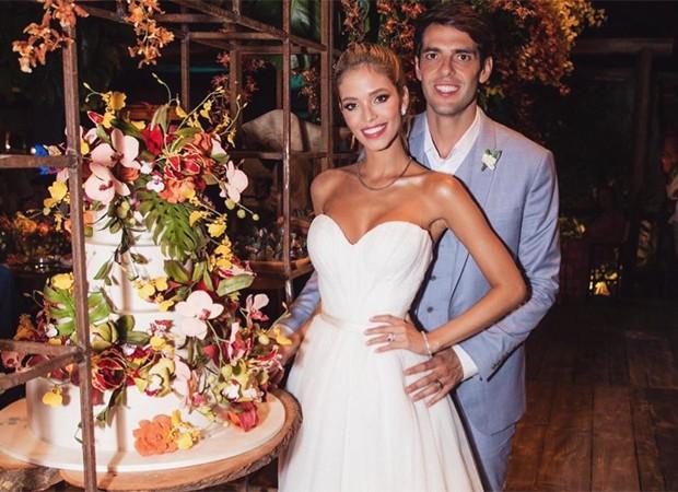 Kaka e Carol Dias junto ao bolo de casamento
