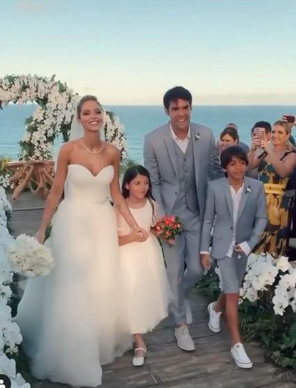 Kaka e Carol Dias na saída da cerimônia de casamento com os filhos