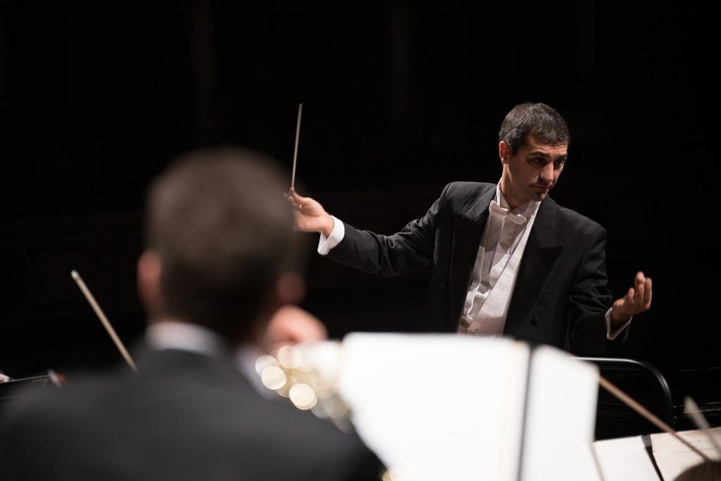 Maestro regendo uma orquestra