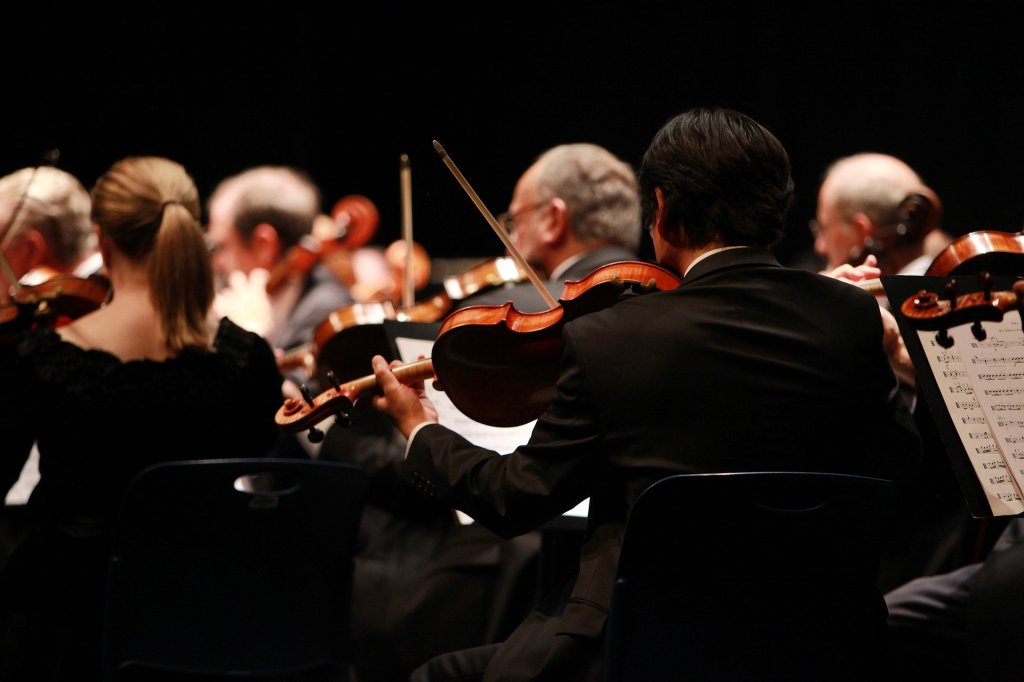 Orquestra tocando